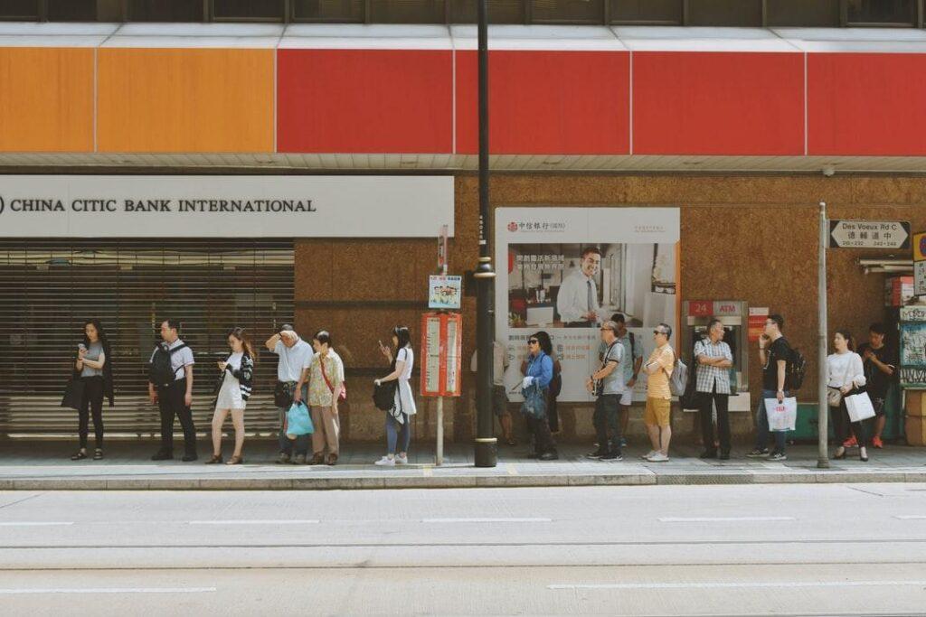 Ludzie czekający na przystanku