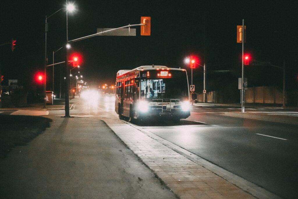 Autobus jadący drogą wnocy